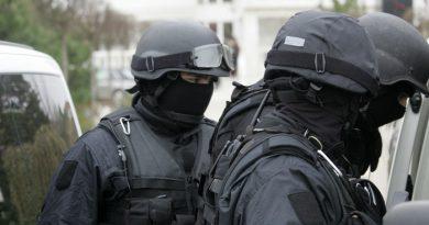 Tânăr căutat de toată poliţia, după ce apare pe o filmare în timp ce incendiază uşa unei locuinţe din Târgu Jiu. VIDEO