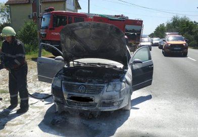 Autoturism în flăcări la marginea oraşului Târgu Jiu. GALERIE FOTO