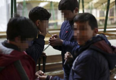 Elevii învaţă să fumeze de la şcoală şi de acasă