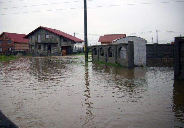 Localnicii din Narciselor pot planta orez pe străzile de pământ acoperite cu apă