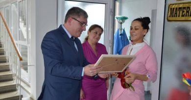 Prefectul se plimbă fără halat prin Spitalul Județean: ori aduce, ori ia viruși