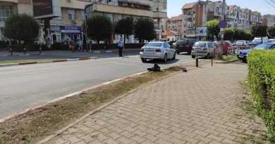 Un șofer a făcut praf sistemul de semaforizare de la Piața Centrală, din Târgu Jiu. Un semafor a fost retezat în urma impactului cu mașina!
